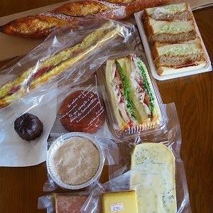 パンのほかにリエットとチーズも買いました♪