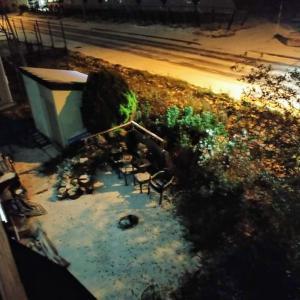 窓の外では雪が舞っている