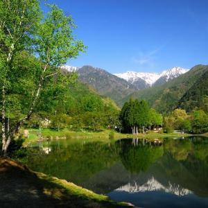 ★水面に雪山と新緑が映えて .。oO