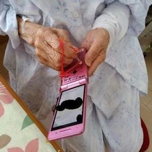 要介護5の95才ですが最近ケータイボタンを押すのが難しくなり工夫をしました