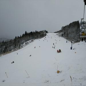 今日の八方は0645からリフト動きます。でも雪。