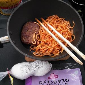 朝食はママースパゲティとマルシンハンバーグ。