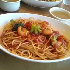 ジョリーパスタでエビとブロッコリーのトマトソース