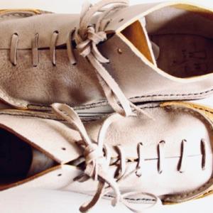 スモークグレー × イエロー、アラスカ・レザーを使用した革靴
