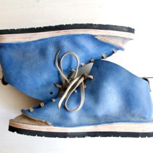 鮮やかな色使いの革靴