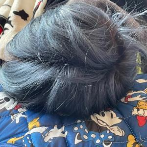 髪はブルーで