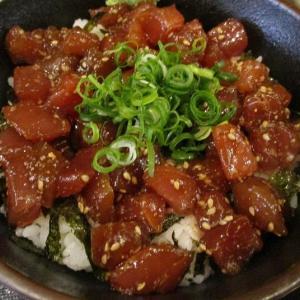 うどん付きでも500円 まぐろの漬け丼「地魚酒場 魚八商店 鶴橋店」