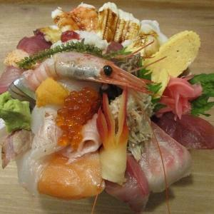 980円 丼からこぼれ落ちそうなほど盛り付けられた究極の海鮮丼 「神東寿司」