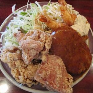 700円でハンバーグ&海老フライ&鶏の唐揚げのデカ盛りランチ 「炉端レストラン ボア」