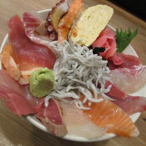 500円でも充実の海鮮丼 「神東寿司」