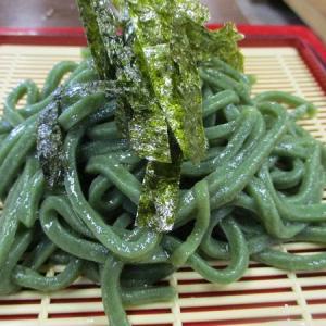 麺にわかめを練りこんだ緑麺 「魚市商店」