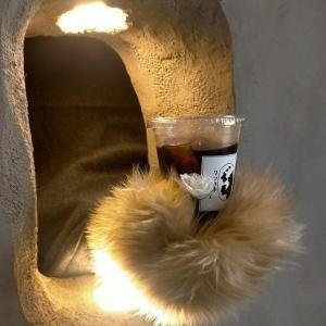 壁の穴から熊の手が出てきてドリンクを・・・9月11日オープン「クマの手カフェ」