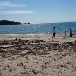 孫と海遊び