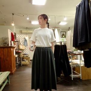 カジュアル素材の大人スカートですよ。