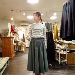 シルエットが美しい日常スカートですよ。