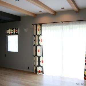 アシンメトリーで飾る!オーラカイリーのフラットカーテン~菊川市