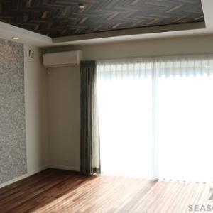 天井と壁にアクセントのあるリビングの窓辺を飾る~掛川市
