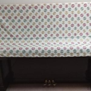 イギリス刺繍生地で作ったピアノハーフカバーです