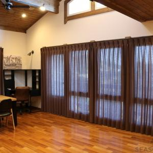 内倒し窓でも邪魔しない、北欧スタイルの窓辺を飾る~掛川市