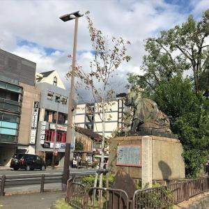 三条大橋側の高山彦九郎像