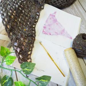 三角ミニショール編んでいます。簡単な編地なのでモバイル編みに最適です。