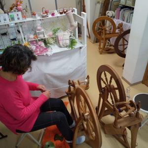 【糸紡ぎワークショップ】開催しました。既成の糸の撚り合わせをしました。