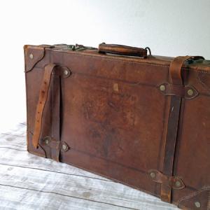 古いものがよく集まってきます。今度は旅行用トランク。でも重い!