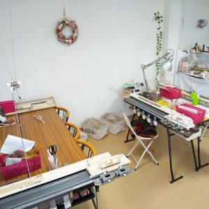 【機械編みワークショップ】この日は、3人同時参加。友達同士だと会話がはずんで!