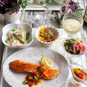 カリっとしっとり「鮭のムニエル 彩り野菜のソース」♪