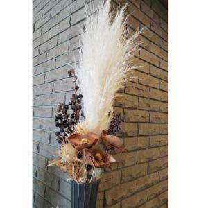 スワッグ風のパンパスのドライフラワーアレンジメント~大規模マンションのエントランスのお花