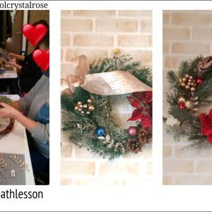 おしゃれでモダンなグリーンとレッドのアートのクリスマスリースレッスン