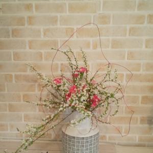 日常の場に合わせてお花を飾るスタイリッシュないけばな