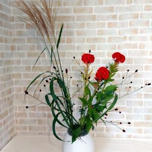赤いケイトウがシックな秋の風情のお花を飾る~草月流いけばなコースレッスン
