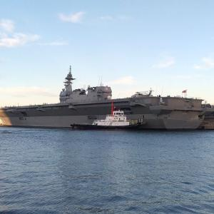 自衛隊観艦式2019を前に、横浜港大さん橋に護衛艦「いずも」がやって来た。