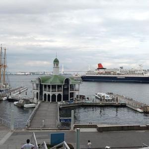 帆船みらいへとにっぽん丸、そして帆船日本丸と行幸啓記念碑・歌碑。