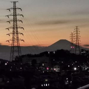 日の入りにシルエットの富士山