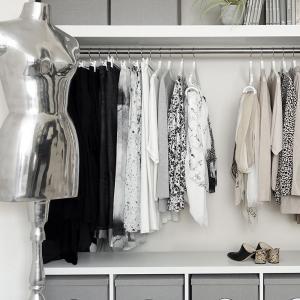 クローゼット大公開。選びやすく戻しやすく衣替えもラクな洋服収納。