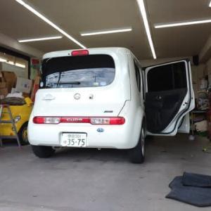 本日PITではオークション落札車の「キューブ」のデモ商談準備で仕上げ作業に着手!
