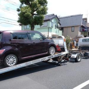 不幸にも単独事故でのご入庫となりましたお得意様の「bB」は積載車で工場へ回送!