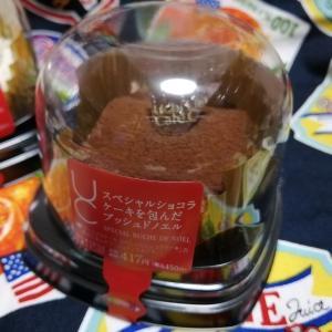 スペシャルショコラケーキを包んだブッシュドノエル【ローソン】