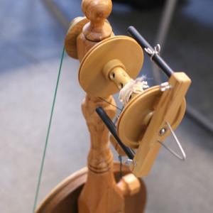 カタカタと落ち着く紡ぎ車でふわふわアートヤーンを紡ぎましょう