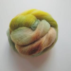 ナチュラルな羊毛もいいけどカラフルなのはやっぱり楽しいです!