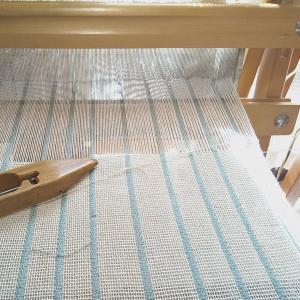 季節問わずに使えるストール織り始めています