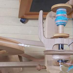 織りでメインに使う糸は単糸(たんし)。双糸との違いは撚り(より)なんです。