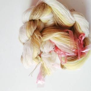 優しい色合いになった糸を使って織り始めました