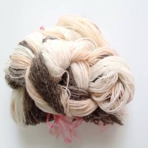 優しい色合いのビワ染めの糸を使います