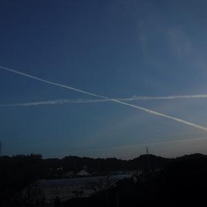 不思議な飛行機雲?