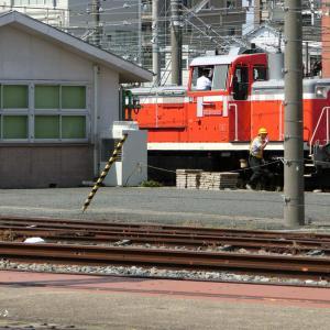 新・都内と横浜と─E26系客車の入換作業。