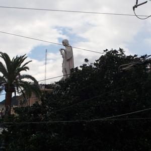 横から見たコロンブス像は森の中にそびえ立つかのよう@Genova Piazza Principe