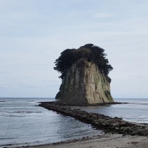 この島を見附島と呼ぶ